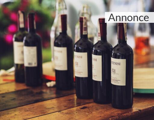 Vinflasker på et bord